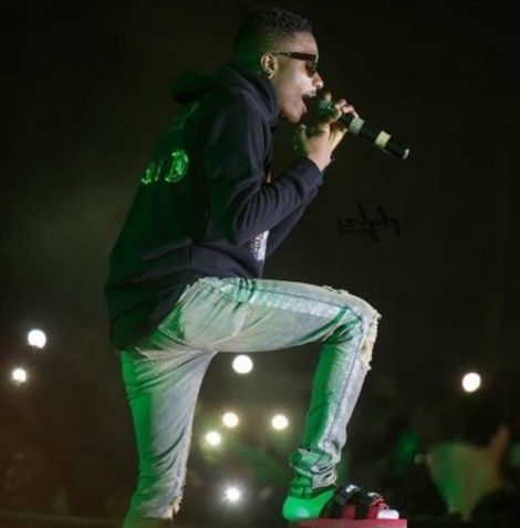 Wizkid Apologizes to fans for for performing in 'Slippers' at Glo Concert In Ghana,pair of slippers,wizkid wrapped,saturday night,performance